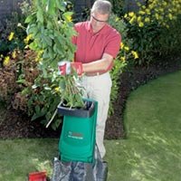 шредер для садовых отходов в действии